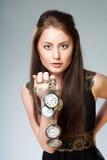 Vrouw met horloge Stock Foto's