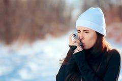 Vrouw met Inhaleertoestel die Astma aan Aanval in de Winter lijden Royalty-vrije Stock Afbeeldingen