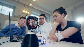 Vrouw met innovatief cybernetisch bionisch wapen De gehandicapte vrouw stelt moderne bionische prothese in werking