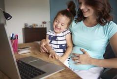 Vrouw met jong geitje en laptop stock foto
