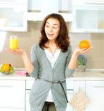 Vrouw met Jus d'orange stock foto