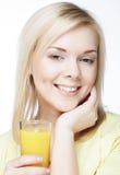 Vrouw met jus d'orange op witte achtergrond Royalty-vrije Stock Afbeelding