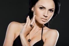 Vrouw met juwelen Stock Foto's