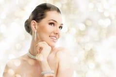 Vrouw met juwelen Stock Afbeeldingen