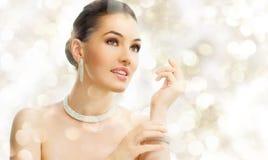 Vrouw met juwelen Stock Fotografie