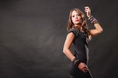 Vrouw met juwelen in zwarte avondjurk Stock Foto's