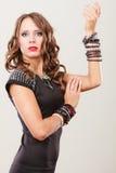 Vrouw met juwelen in zwarte avondjurk Stock Afbeeldingen