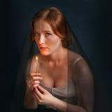 Vrouw met kaars onder sluier Halloween-foto Stock Afbeelding