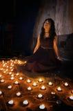 Vrouw met kaarsen stock foto's