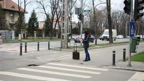 Vrouw met kaart stock video