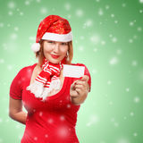 Vrouw met kaart van het uitnodigings de nieuwe jaar op sneeuwvalachtergrond Royalty-vrije Stock Foto