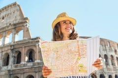 Vrouw met kaart voor colosseum in Rome Stock Foto's