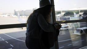 Vrouw met kaartje en rugzak in luchthaven stock footage
