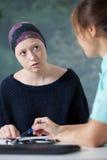 Vrouw met kanker en haar arts Stock Foto