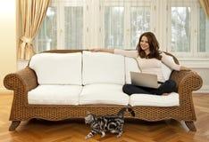 Vrouw met kat Stock Fotografie
