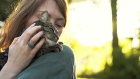 Vrouw met kat in park stock footage