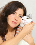 Vrouw met katten dicht omhooggaand portret op wit Stock Foto
