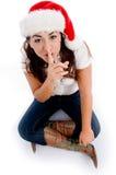 Vrouw met Kerstmis hoed en het vragen stil te houden royalty-vrije stock foto's