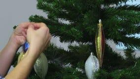 Vrouw met Kerstmisdecoratie dichtbij sparren stock footage
