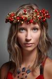 Vrouw met Kerstmiskroon royalty-vrije stock afbeelding