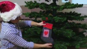 Vrouw met Kerstmissok stock video