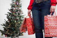 Vrouw met Kerstmiszakken Royalty-vrije Stock Afbeeldingen