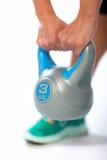 Vrouw met kettlebell Stock Foto