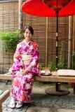 Vrouw met kimonokleding en zitting in theehuis royalty-vrije stock foto