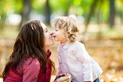Vrouw met kind in de herfstpark Royalty-vrije Stock Afbeelding