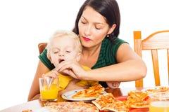 Vrouw met kind het drinken sap Stock Foto's