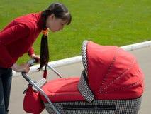 Vrouw met kinderwagen Stock Fotografie