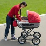 Vrouw met kinderwagen Stock Afbeelding