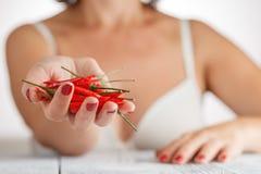 Vrouw met kleine roodgloeiende peper Royalty-vrije Stock Fotografie