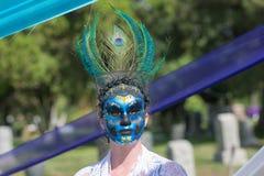 Vrouw met kleurrijk ornament op de hoofd en suikerschedel Royalty-vrije Stock Foto's