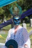Vrouw met kleurrijk ornament op de hoofd en suikerschedel Royalty-vrije Stock Foto