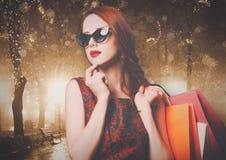 Vrouw met kleurrijke het winkelen zakken Royalty-vrije Stock Afbeelding