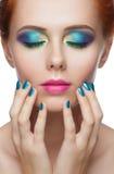 Vrouw met kleurrijke make-up Stock Foto