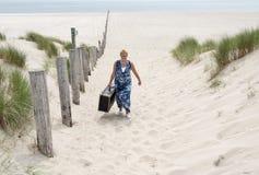 Vrouw met koffer Stock Foto's