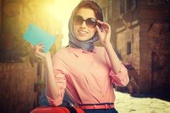 Vrouw met koffer op de straat stock foto