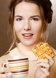 Vrouw met koffie en koekjes royalty-vrije stock fotografie