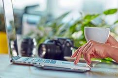 Vrouw met koffie en laptop stock afbeeldingen
