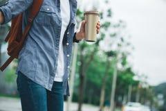 Vrouw met koffie thermokop royalty-vrije stock fotografie