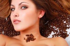 Vrouw met koffiebonen stock foto's