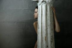 Vrouw met kolom Stock Afbeeldingen