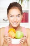 Vrouw met kom vruchten Stock Foto