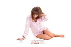 Vrouw met kop en krant Stock Afbeelding