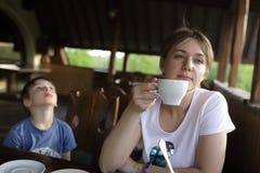 Vrouw met kop thee Stock Afbeelding