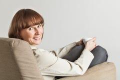 Vrouw met kop van koffie stock afbeelding