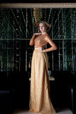 Vrouw met kort haar in mooie lange kleding Stock Afbeeldingen