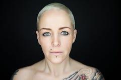 Vrouw met korte haar en tatoegeringen Stock Afbeelding